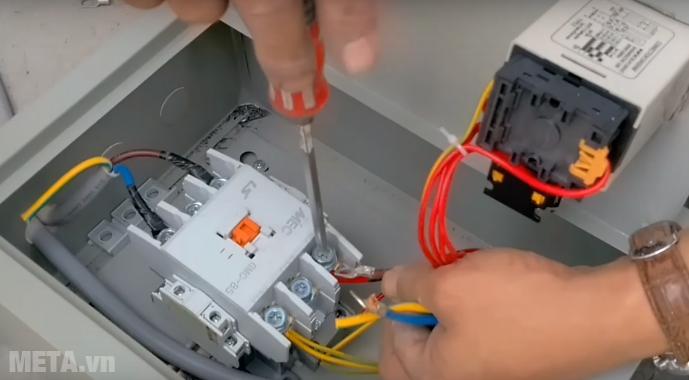 Hình ảnh hướng dẫn đấu điện từ nguồn điện vào hộp điều khiển