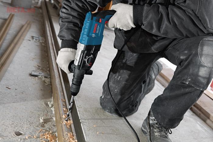 Máy khoan búa Bosch GBH 2-28 DFV dùng cho đục bê tông.