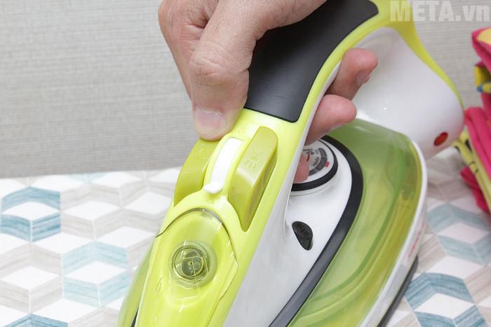 Nút chọn chế độ phun nước của bàn là hơi Sunhouse SHD2062