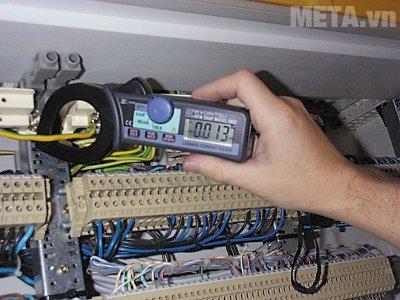 Ampe kìm Kyoritsu 2433R chỉ cần kẹp vào dây điện là có thể đo dòng điện rồi