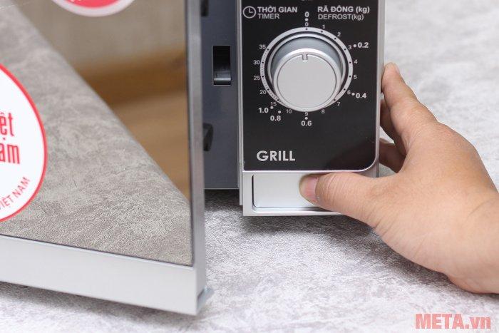 Lò vi sóng nướng cơ Sharp R-G223VN-SM mở cửa lò bằng cách ấn nút