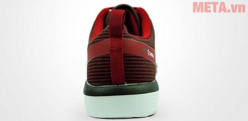 Phần gót giày bó tròn, ôm sát gót chân không gây khó chịu khi bạn di chuyển