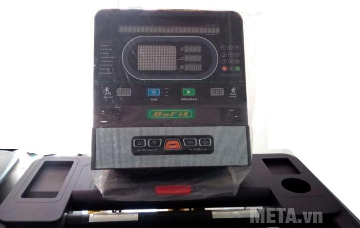 Bảng điều khiển máy chạy bộ BOFIT X8 tích hợp cổng cắm nghe nhạc giúp bạn thư giãn trong quá trình tập