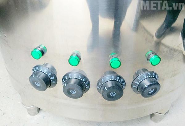 Chiết áp điều khiển nhiệt độ và đèn báo được gắn trên thân nồi