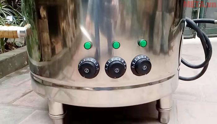 Các núm vặn điều khiển được thiết kế ngay trên thân nồi