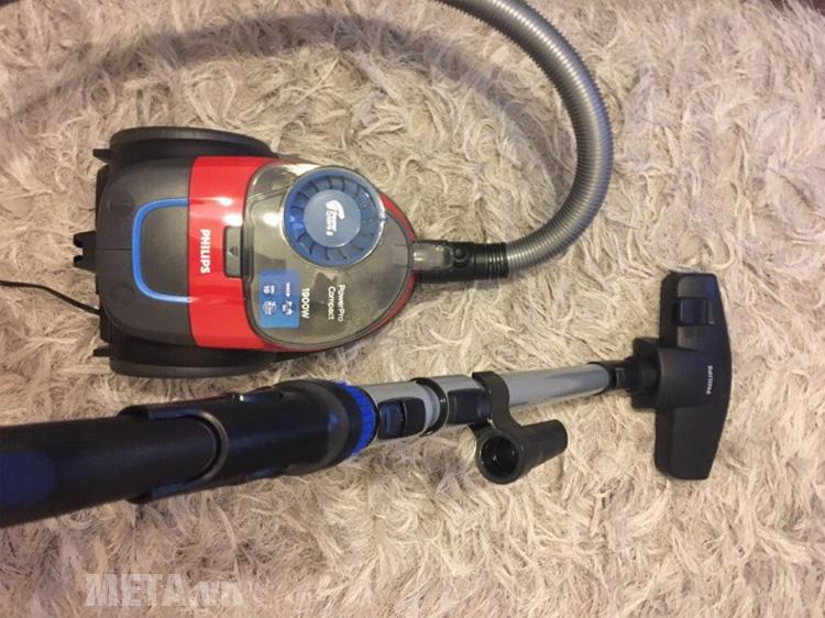Máy hút bụi Philips FC9351 có thể dễ dàng hút trên mặt sàn, mặt thảm