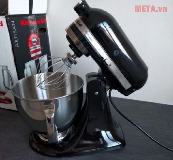 Thanh đánh trứng được lắp vào máy trộn thực phẩm một cách dễ dàng