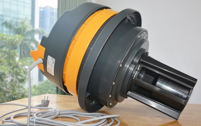 Nắp thùng khá nhẹ, giúp người dùng dễ dàng tháo ra lắp vào khi đổ bụi ra ngoài