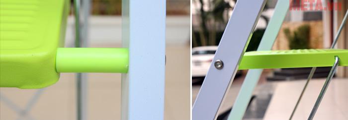 Chân thang với khớp xoay linh động và được bọc nhựa tổng hợp tạo độ ma sát cao