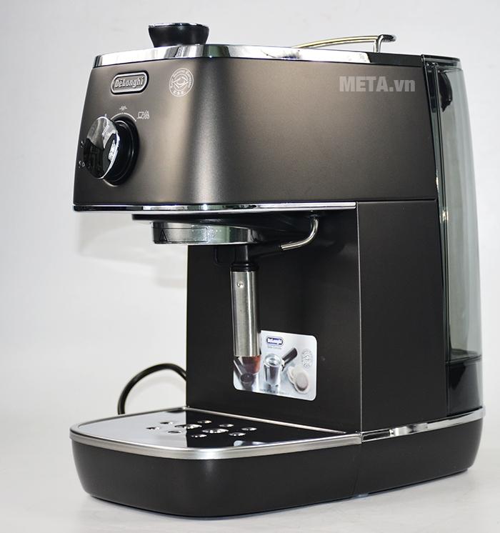 Góc nhìn nghiêng của máy pha cà phê trông thật nhỏ gọn