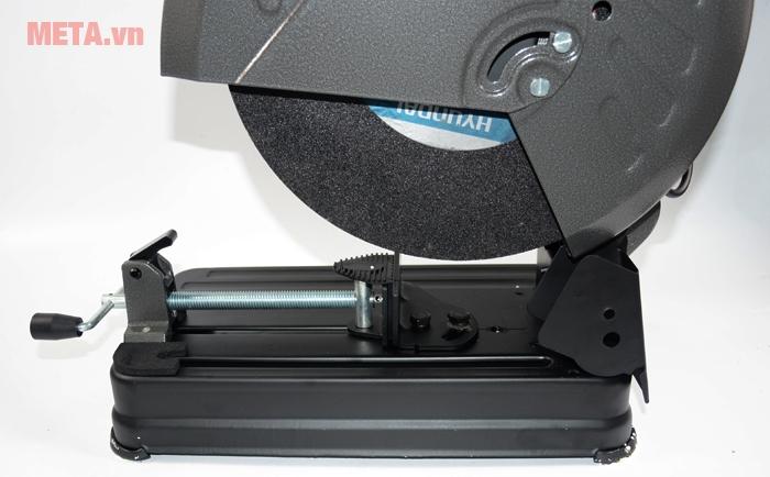 Tốc độ 3.900 vòng/phút, cùng đĩa cắt sắc bén, rắn chắc cung cấp tối ưu khả năng trong việc cắt các thanh sắt