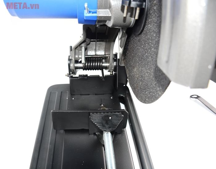 Máy có đường cắt rộng, giúp cắt với diện tích sắt lớn hơn