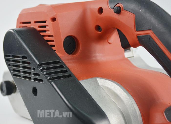 Máy chà nhám băng Maktec MT941 được bọc nhựa cách nhiệt ở vỏ máy