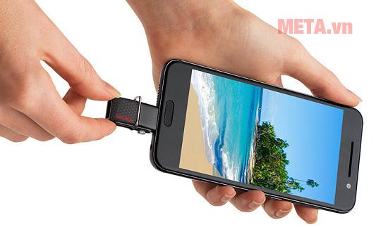 Cổng MicroUSB giúp bạn có thể kết nối với điện thoại Android