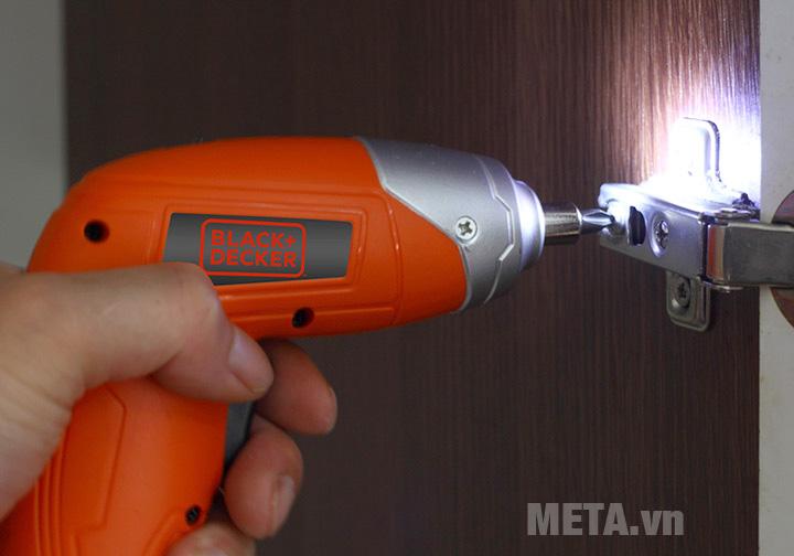 Máy vặn vít dùng pin Black&Decker KC3610 có đèn pin giúp thao tác dễ dàng trong điều kiện khó khăn