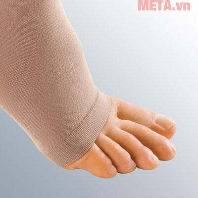 Vớ được thiết kế dạng hở ngón và được làm từ chất liệu vải mịn