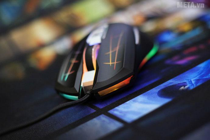 Ngay dưới nút chuột phía trước cũng có phần chiếu đèn LED đổi màu đẹp mắt