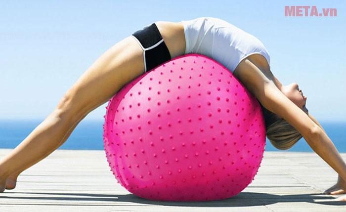 Tập thể dục với bóng tập Yoga có gai rất tốt cho vùng lưng và cột sống