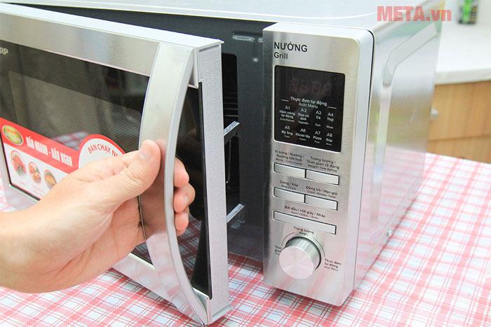 Cửa lò có tay cầm giúp bạn dễ dàng mở lò khi sử dụng