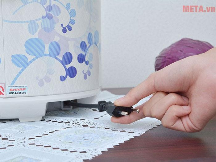 Dây điện rút, giúp di chuyển, bảo quản sản phẩm dễ dàng, không sợ vướng tay