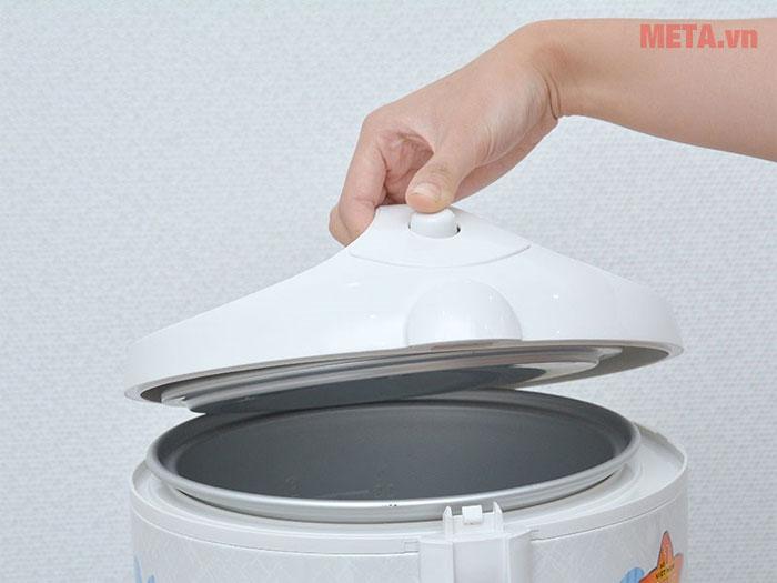 Tay cầm và nút nhấn mở nồi cơm giúp bạn dễ dàng sử dụng