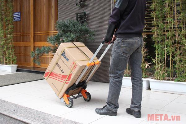 Vận chuyển hàng cùng xe kéo hàng