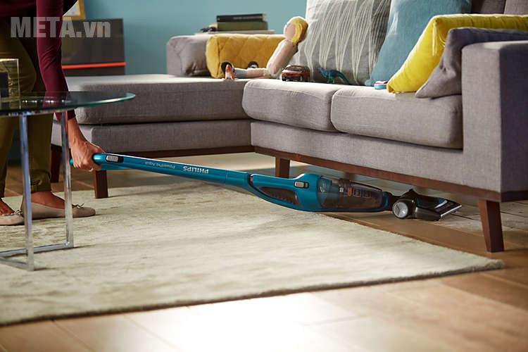 Với máy hút bụi FC6404/01, bạn có thể dễ dàng hút bụi dưới gầm bàn, ghế