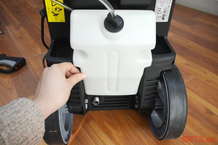 Máy rửa xe có bình đựng hóa chất
