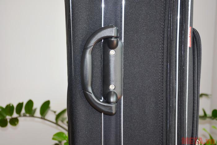 Tay cầm phụ giúp bạn di chuyển vali trên những địa hình không sử dụng bánh xe