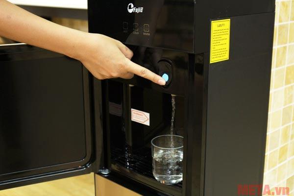 Máy có khay để cốc khi đựng nước