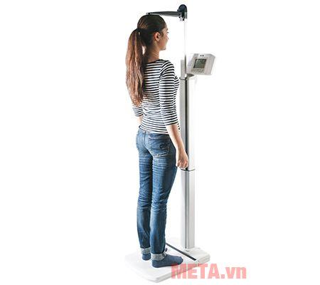Ngoài chức năng cân cân nặng, bạn còn có thể đo chiều cao dễ dàng