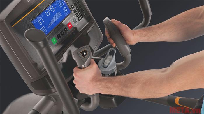 Tay cầm của xe có khả năng cảm biến nhịp tim