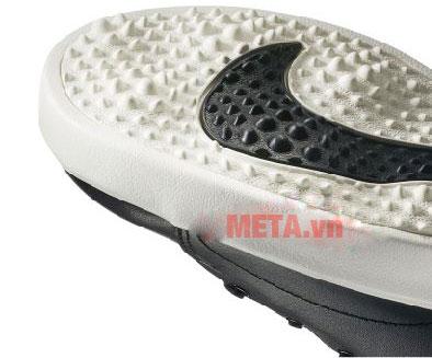 Gót giày tạo độ bám tốt trên mọi bề mặt sân