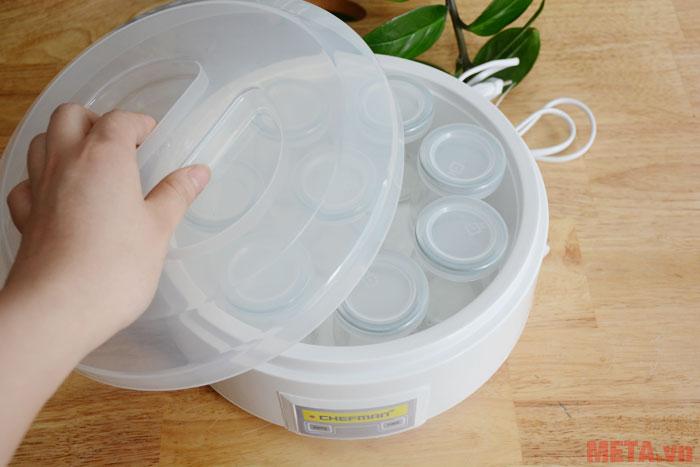 Máy làm sữa chua Chefman có nắp đậy và khung máy bằng nhựa