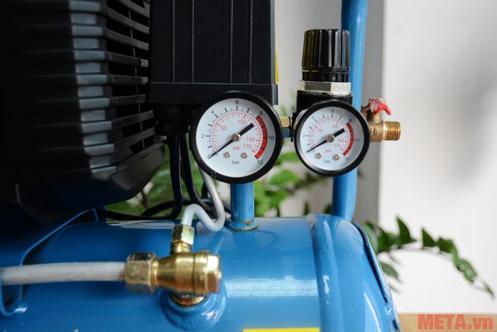 Đồng hồ hiển thị áp suất làm việc của máy