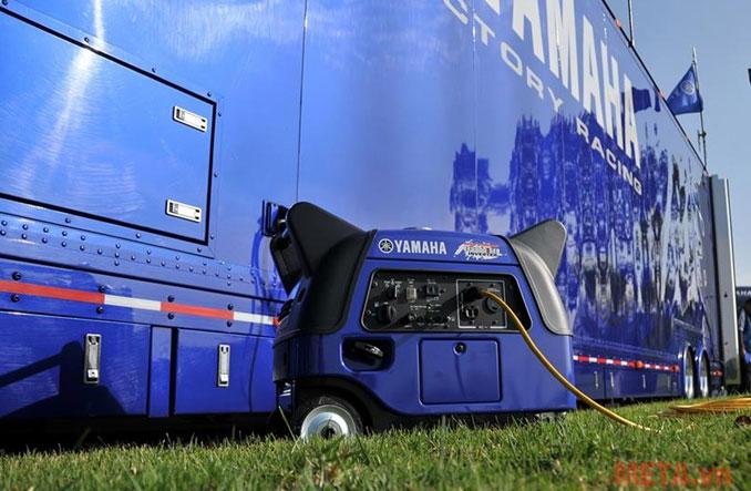 Các bánh xe giúp người dùng di chuyển máy tiện lợi hơn