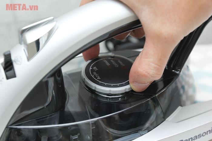Bàn là hơi nước Panasonic PABU-NI-W650CSLRA có đế chống dính
