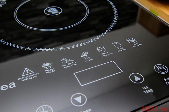 Người dùng vừa có thể nấu ăn vùa điều chỉnh chế độ dễ dàng