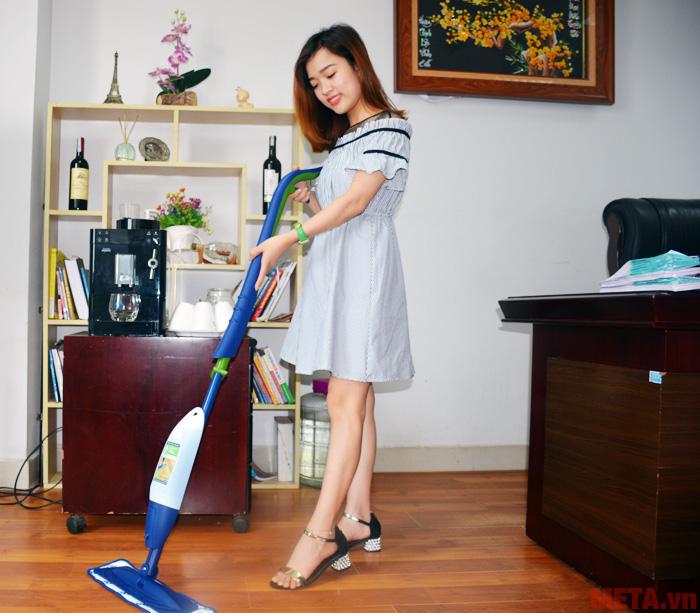 Hình ảnh sử dụng cây lau sàn gỗ Bona Spray Mop CA201010011
