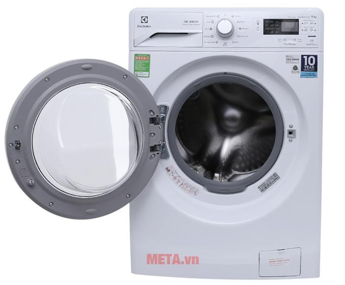 Máy giặt cửa trước 9 kg Electrolux EWF12942 có bảng điều khiển cảm ứng giúp thao tác dễ dàng.