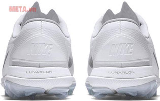 Hình ảnh phía sau giày chơi golf Nike