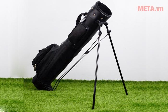 Túi golf có chân chống đứng vững trên bề mặt