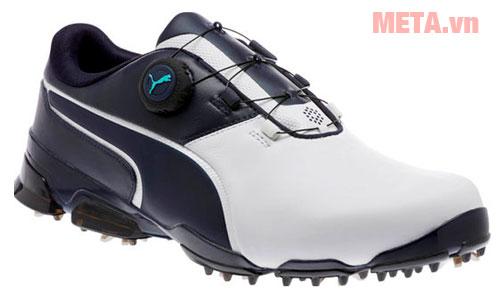 Giày golf ở góc nghiêng