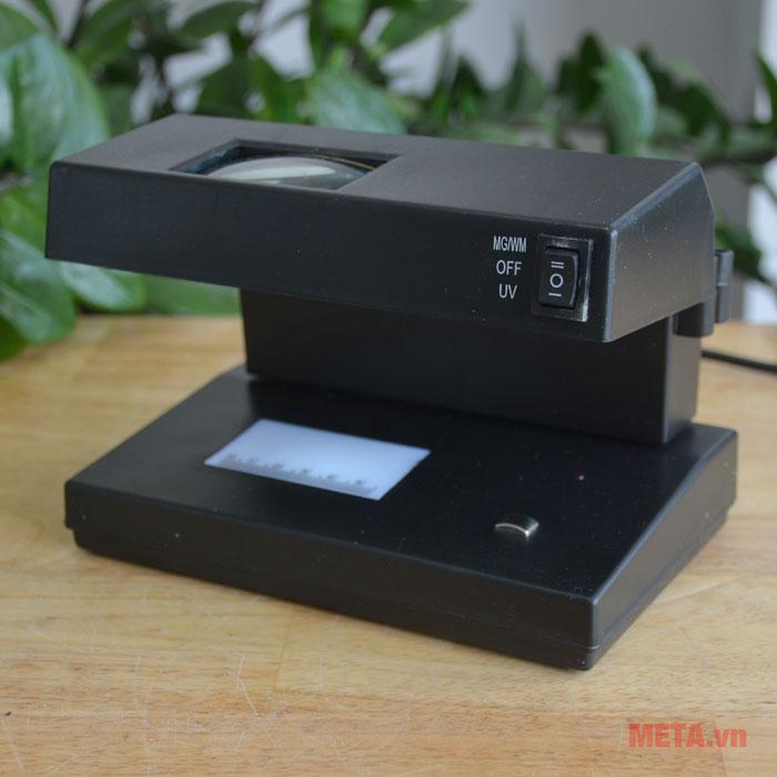 Máy kiểm tra tiền giả dễ dàng tắt mở máy nhờ thiết kế nút nguồn phía trước.