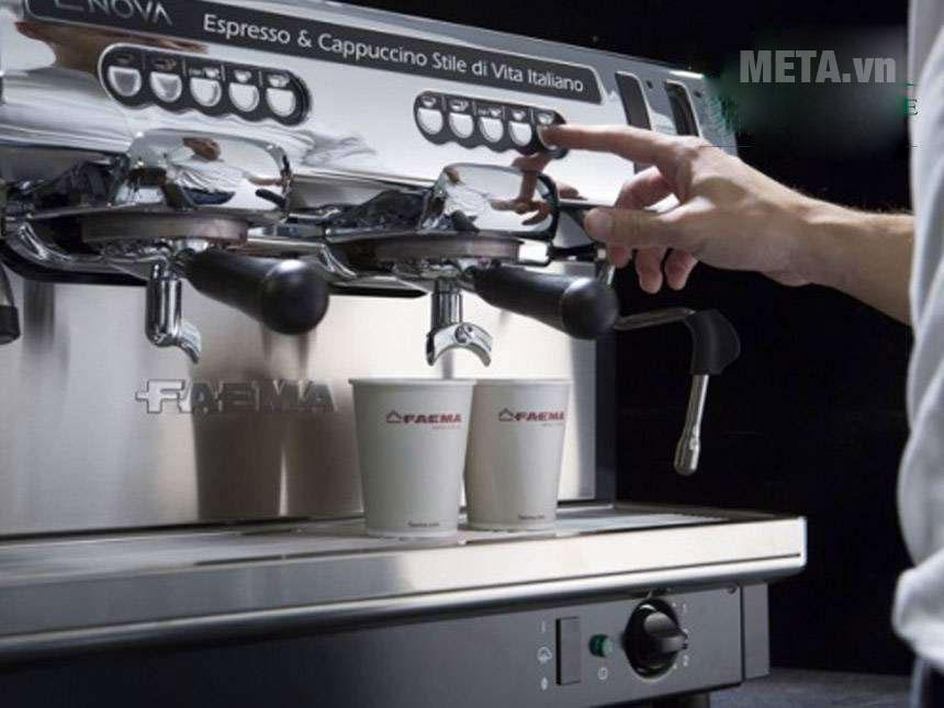 Máy pha cà phê thiết kế tiện lợi