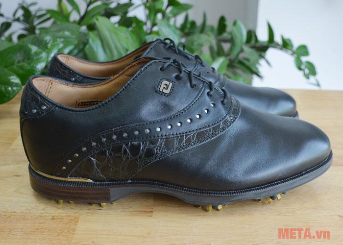 Giày golf nam FootJoy Icon Black 52036 được làm bằng chất liệu cao cấp.