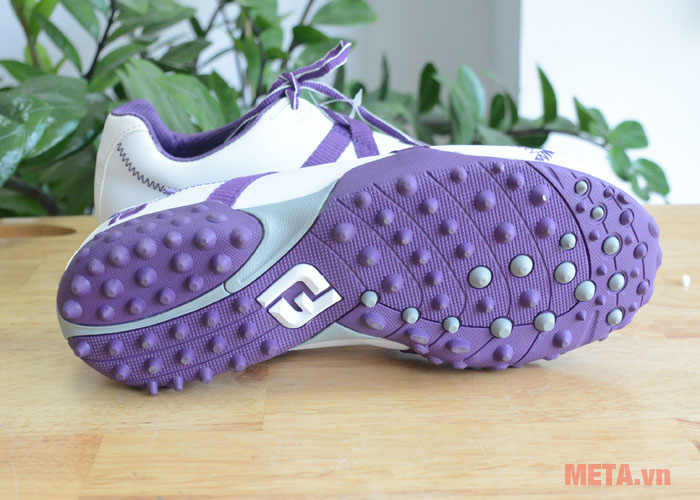 Đế giầy golf nữ được thiết kế dạng các đinh nhỏ và làm bằng cao su hữu cơ