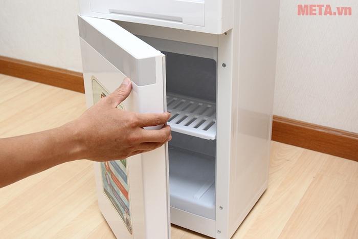 Mở tủ ngăn mát của cây nước nóng lạnh