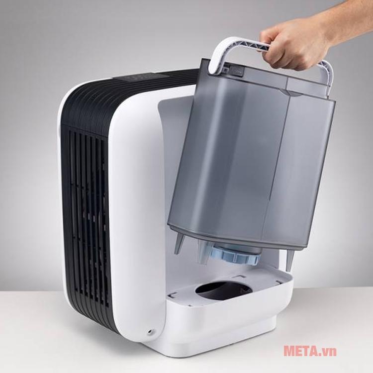 Bình chứa nước phía sau tạo độ ẩm cho căn phòng