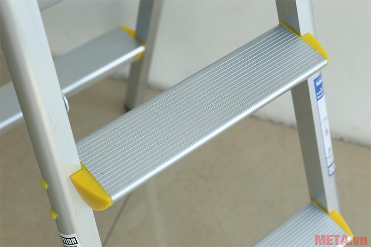 Các bậc thang được thiết kế diện tích tiếp xúc với chân lớn hơn